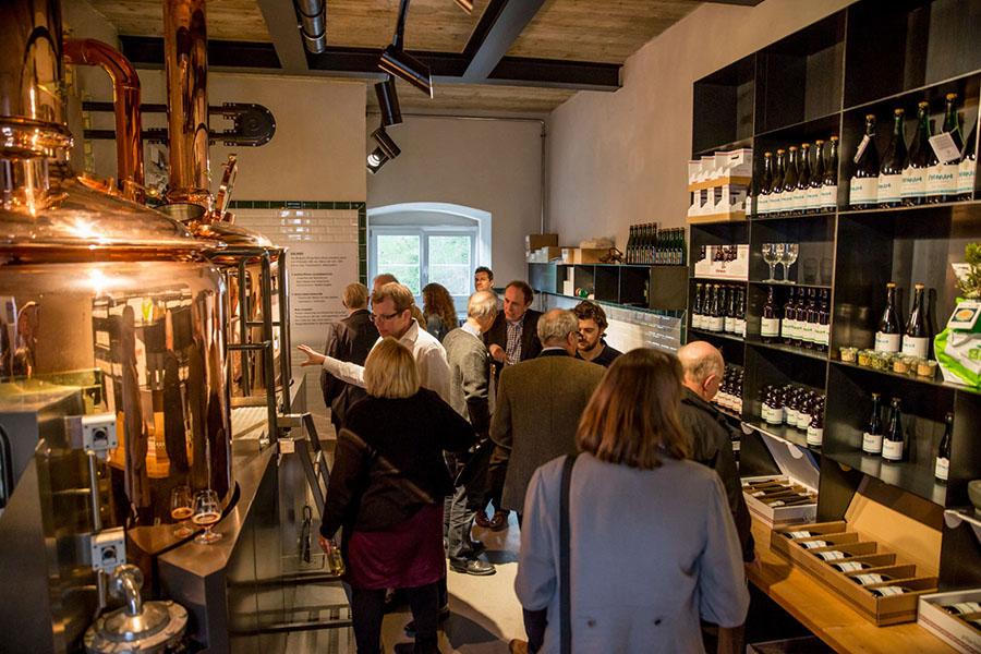Kupfer-Sudwerk im Brauerei-Laden und -Verkostungsraum