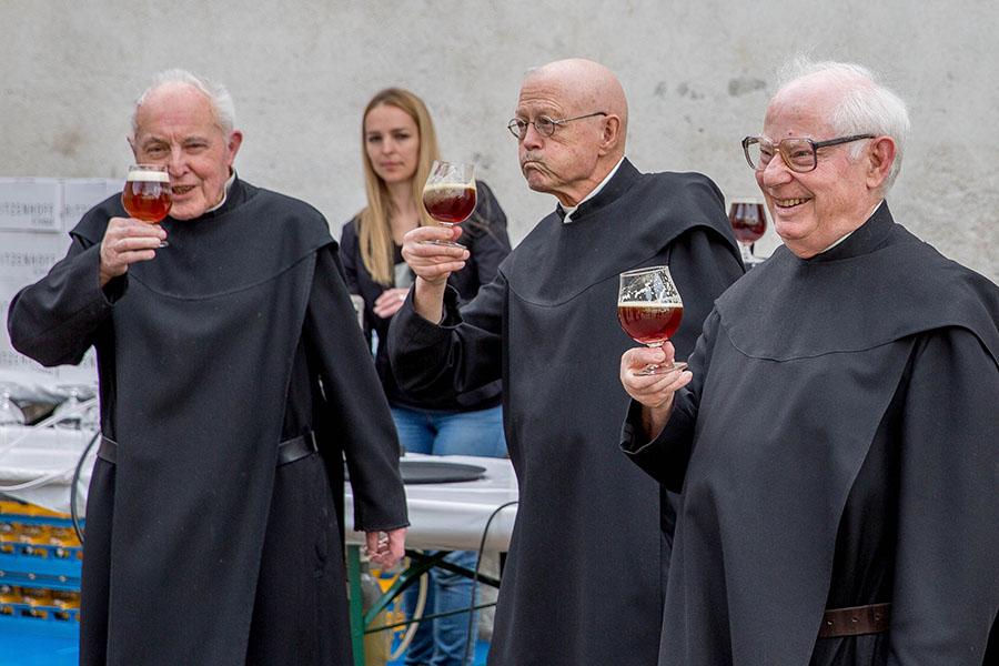 Benediktiner zu Besuch bei der Brauereieröffnung