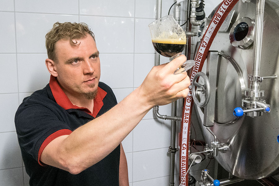 """Craft Brewer"" Philipp Krickl im Lagerkeller"